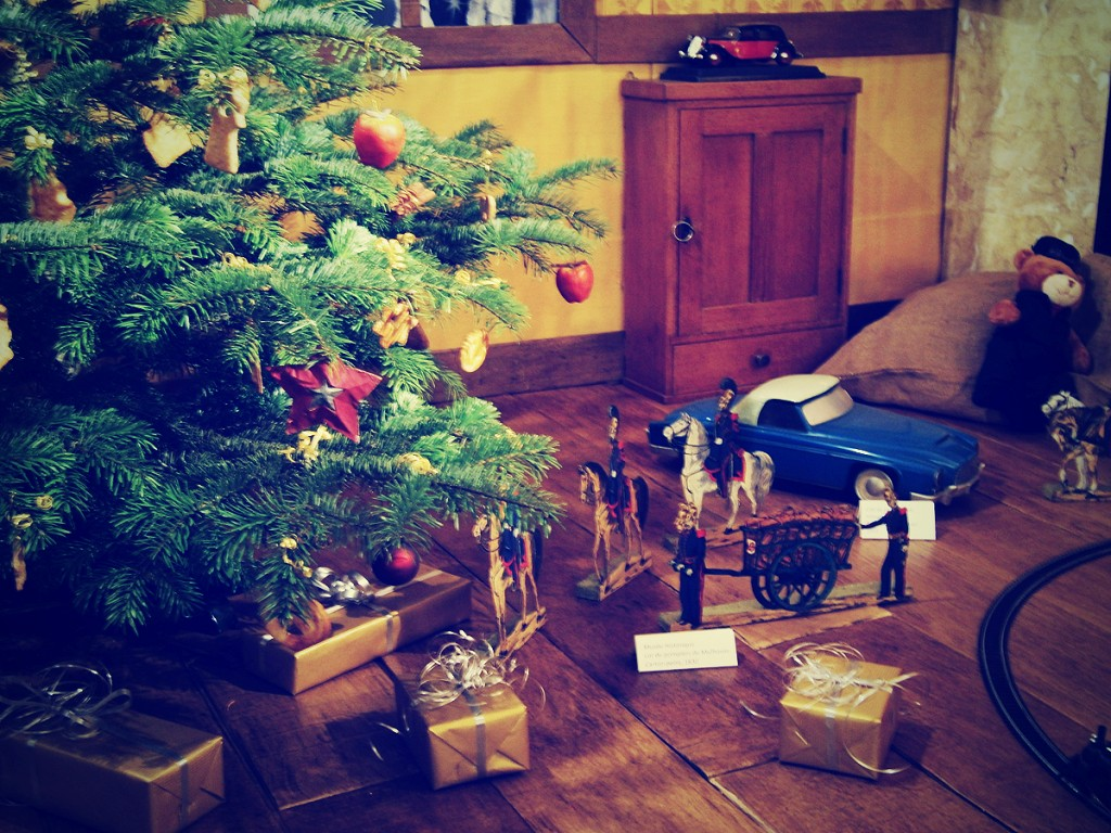 Jouets d'antan au pied du sapin de Noël